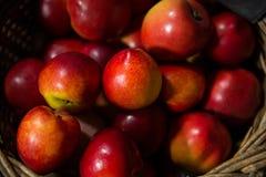 Plan rapproché de panier en osier complètement de pomme image stock