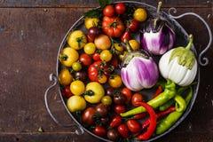 Plan rapproché de panier métallique avec les légumes frais photographie stock