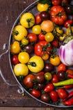 Plan rapproché de panier métallique avec les légumes frais images libres de droits