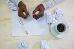 Plan rapproché de papier de froissement de concepteur à son bureau Images libres de droits