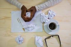 Plan rapproché de papier de froissement de concepteur à son bureau Images stock