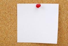 Plan rapproché de papier de note sur le panneau de liège Photo stock