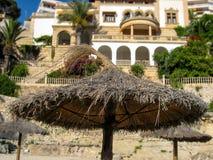 Plan rapproché de parasol de paille sur Majorque Photographie stock libre de droits
