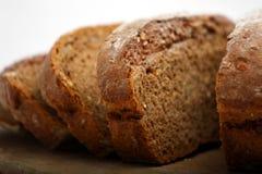 Plan rapproché de part de pain brun Photos stock