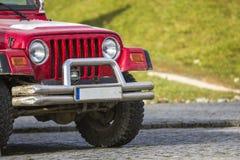 Plan rapproché de partie avant de voiture tous terrains de 4x4 SUV Images libres de droits