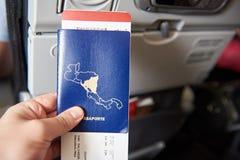 Plan rapproché de passeport avec le billet d'avion Photographie stock libre de droits
