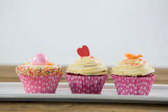 Plan rapproché de petit gâteau délicieux dans le plateau Photo stock
