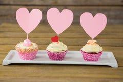 Plan rapproché de petit gâteau délicieux dans le plateau Photos stock