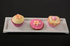 Plan rapproché de petit gâteau délicieux dans le plateau Photos libres de droits