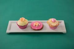Plan rapproché de petit gâteau délicieux dans le plateau Photographie stock