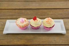 Plan rapproché de petit gâteau délicieux dans le plateau Image stock