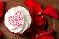 Plan rapproché de petit gâteau et de Rose Petals de jour du ` s de Valentine Image libre de droits