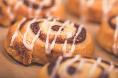 Plan rapproché de petit pain de remous de cannelle Photos libres de droits