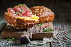 Plan rapproché de petit pain savoureux avec du jambon et le fromage pour le petit déjeuner images libres de droits