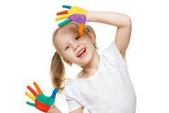 Petite fille avec les paumes peintes Image libre de droits