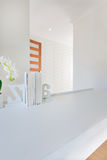 Plan rapproché de petites étagères à livres sur la table blanche vide décorée Images stock