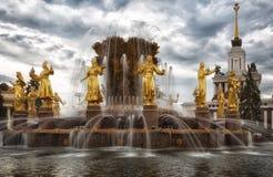 Plan rapproché de peuples de fontaine 'amitié' Images libres de droits
