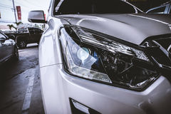 Plan rapproché de phare de voiture Photographie stock libre de droits