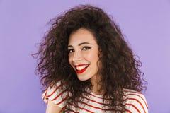 Plan rapproché de photo de femme à la mode adorable avec les cheveux bouclés en été photos stock