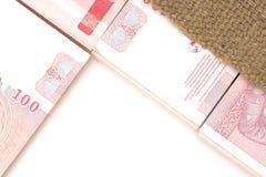 Plan rapproché de pièce de 100 notes de baht Images stock