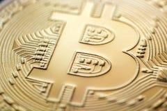 Plan rapproché de pièce de monnaie de monet de bitcoin d'or Photo libre de droits