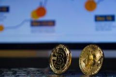 Plan rapproché de pièces de monnaie de Bitcoin deux sur un clavier noir Photographie stock libre de droits