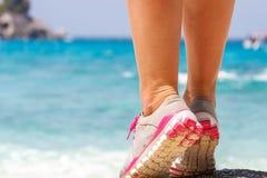 Plan rapproché de pied d'athlètes Concepts sains de mode de vie et de sport photos stock