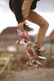 Plan rapproché de pied de planchistes tout en patinant en parc de patin Photographie stock libre de droits