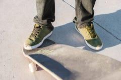 Plan rapproché de pied de planchistes tout en patinant en parc de patin Photos libres de droits