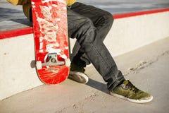 Plan rapproché de pied de planchistes tout en patinant en parc de patin Image libre de droits