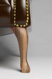 Plan rapproché de pied en bois d'une chaise Images libres de droits
