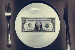 Plan rapproché de pile d'argent liquide du plat blanc avec l'argenterie photo stock