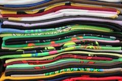 Plan rapproché de pile pliée de T-shirts Photographie stock