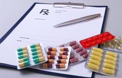 Plan rapproché de pils, stéthoscope, stylo sur une prescription de rx image stock