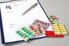 Plan rapproché de pils, stéthoscope, stylo sur une prescription de rx photographie stock