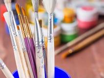 Plan rapproché de pinceaux d'artiste sur le fond brouillé Photos libres de droits