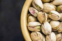 Plan rapproché de pistaches avec la coquille photos stock