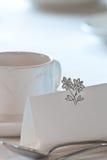 Plan rapproché de placecard blanc sur la table de mariage Photos libres de droits