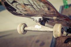 Plan rapproché de planche à roulettes dans le skatepark Images stock