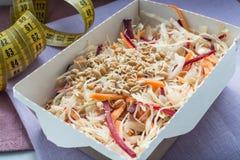 Plan rapproché de plat sain de nutrition La livraison quotidienne fraîche de repas légume dans des boîtes de métier Images libres de droits
