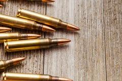 Plan rapproché de pleines balles de veste en métal de fusil sur le fond en bois avec l'espace de copie Images libres de droits