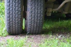 Plan rapproché de pneu de camion abrégez le fond images stock