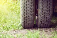 Plan rapproché de pneu de camion abrégez le fond photo stock