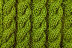 Plan rapproché de point de tricotage vert de câble Photographie stock