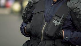 Plan rapproché de policier maintenant la sécurité publique pendant le festival, lois du trafic photo libre de droits
