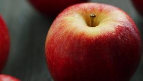 Plan rapproché de pomme rouge mûre banque de vidéos