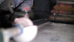 Plan rapproché de poncer un conseil en bois Les mains du forgeron rectifie lisse le conseil en bois pour rendre la surface lisse clips vidéos