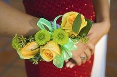 Plan rapproché de port de corsage d'adolescente des fleurs Photo libre de droits