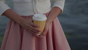 Plan rapproché de port fluvial de cofee de femme banque de vidéos