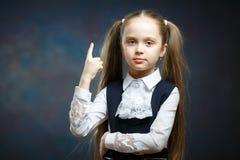 Plan rapproché de portrait d'isolement par fille préscolaire espiègle images stock